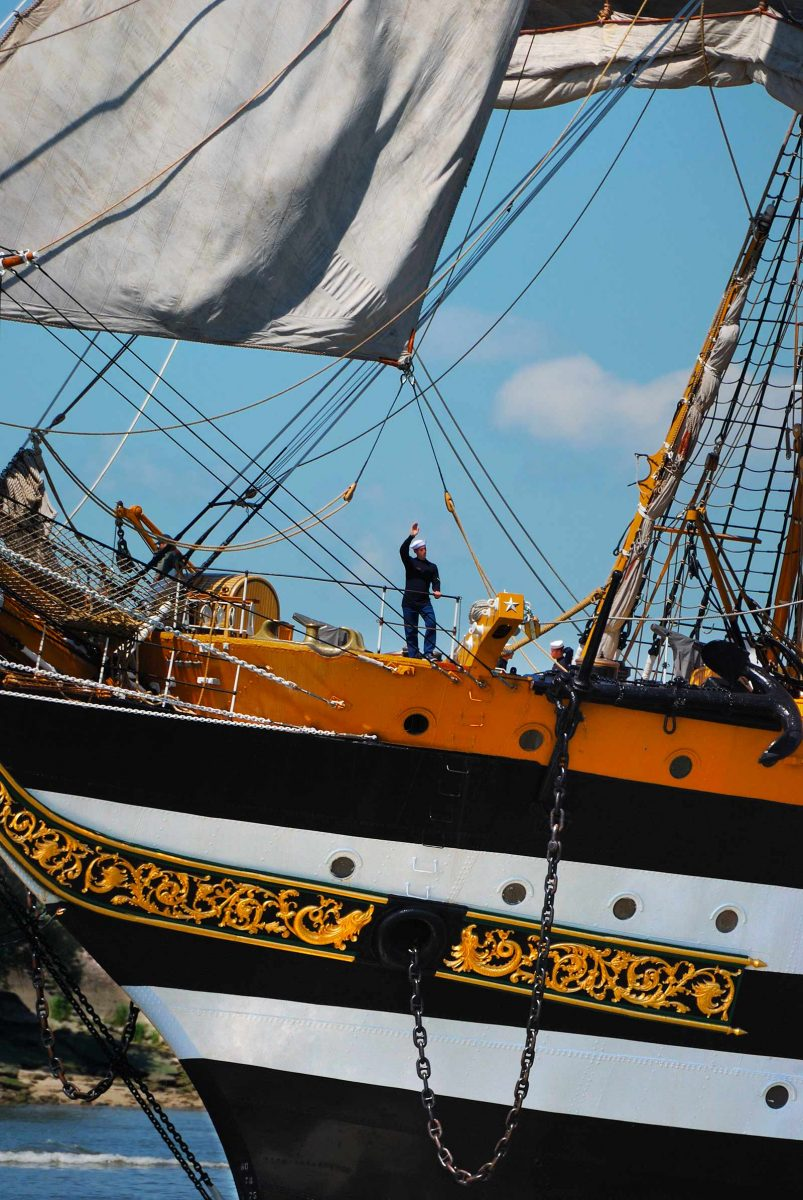 Voilier à l'Armada de Rouen et marin faisant un signe