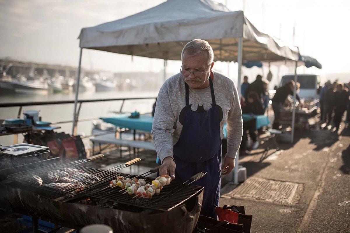 Restaurateur préparant une brochette de coquille St Jacques lors de la foire au hareng et à la coquille de Dieppe