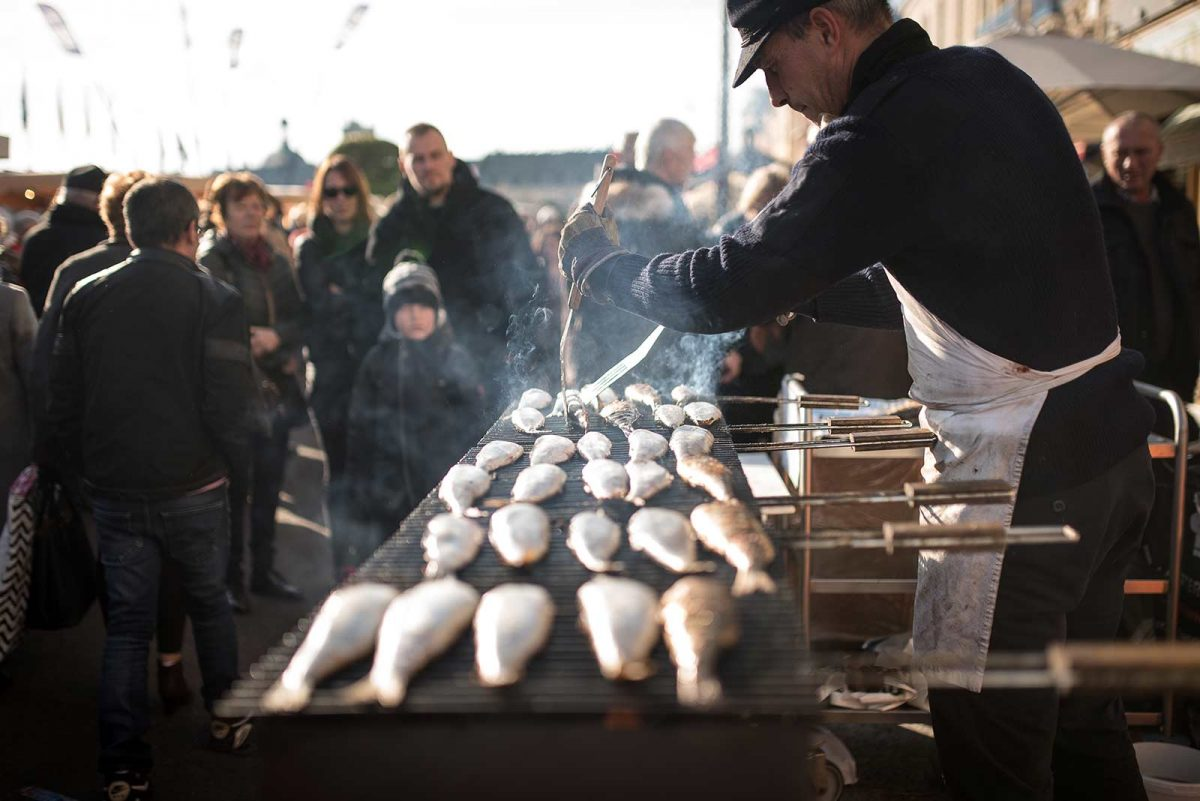 Préparation de harengs grillés à la Foire au hareng et à la coquille St Jacques de Dieppe