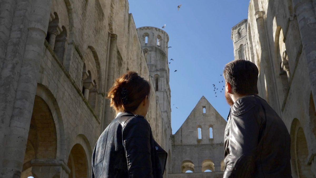 Couple de motards devant les ruines de l'Abbaye de Jumièges