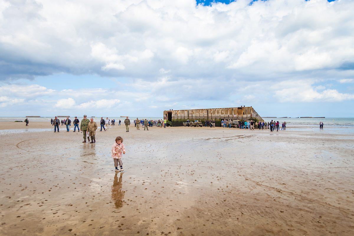 Petite fille qui marche sur les plages d'Arromanches