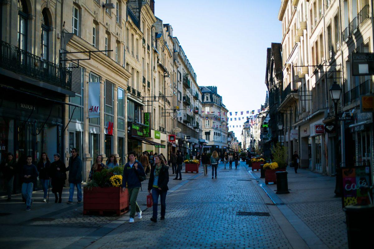 Rue Saint-Pierre dans le centre-ville de Caen
