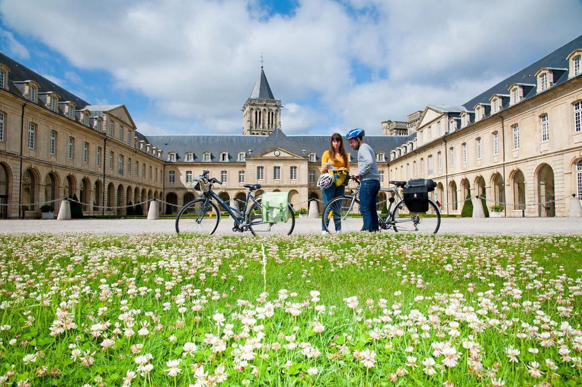 Cyclistes devant l'abbaye aux Dames à Caen