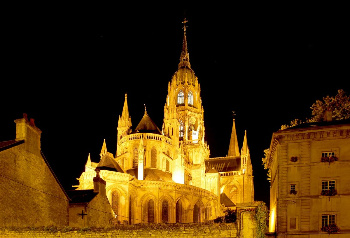 Cathédrale de Bayeux de nuit
