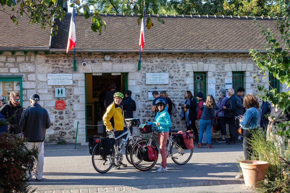 Couple à vélo devant la fondation Monet à Giverny - La Seine à Vélo