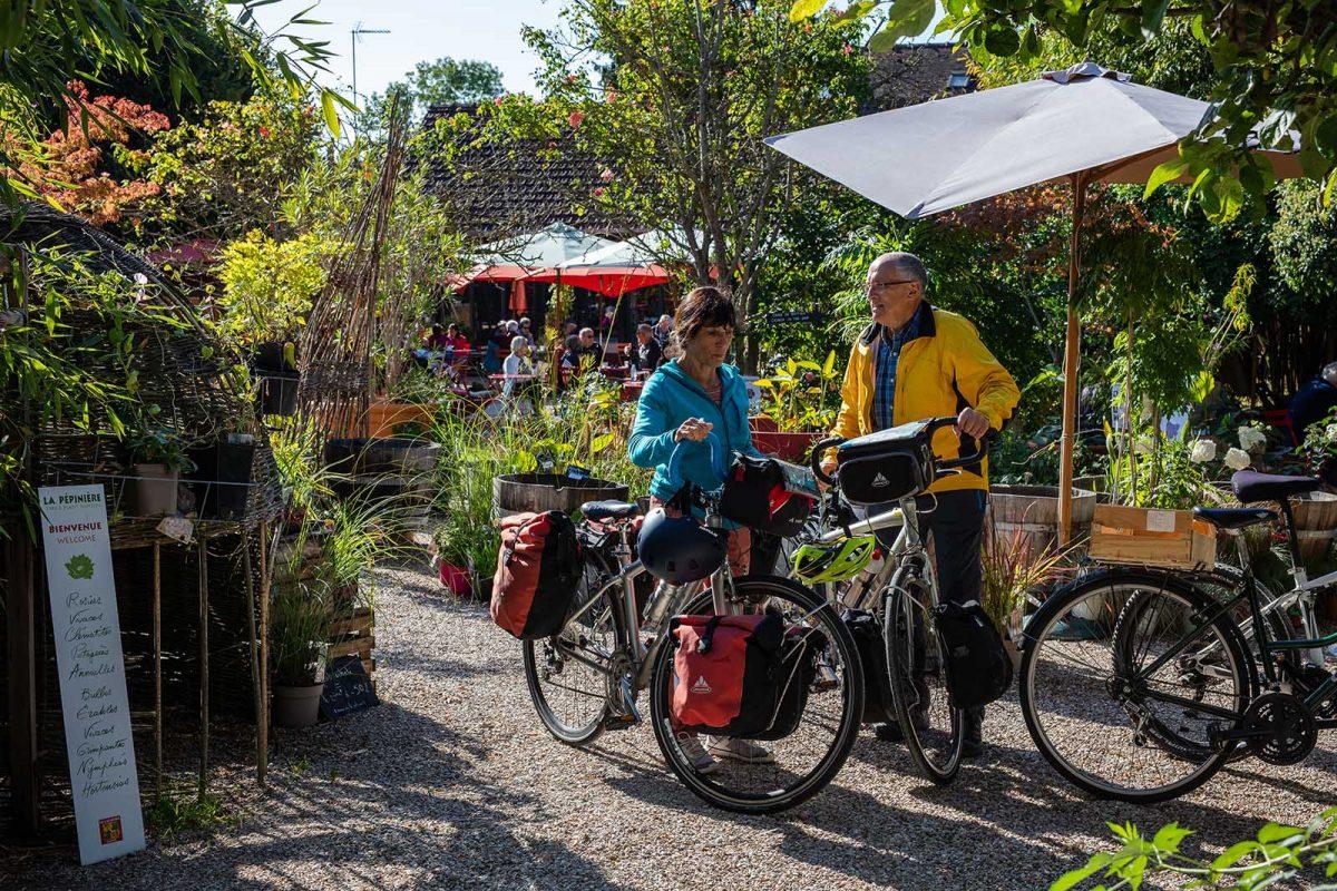 couple à Giverny sur l'itinéraire de la Seine à vélo