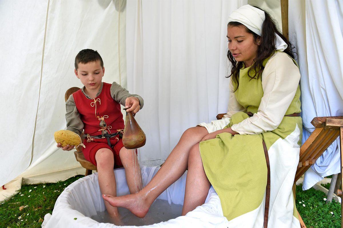Enfants reconstituant une scène de bain lors des fêtes médiévales de Bayeux